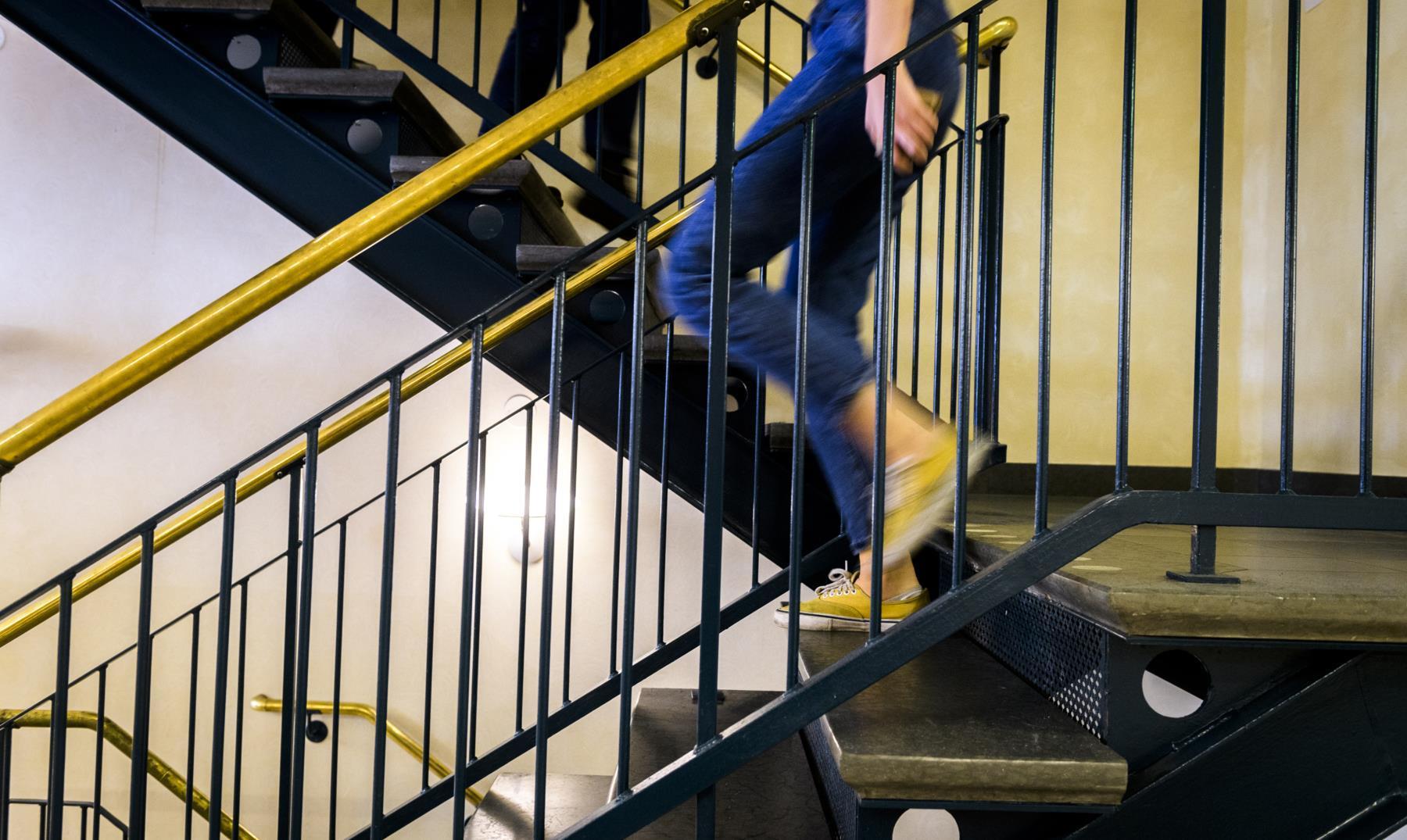 Person går i trappa. Foto.