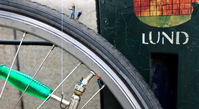 Del av cykelhjul och logo för Lunds kommun. Foto.