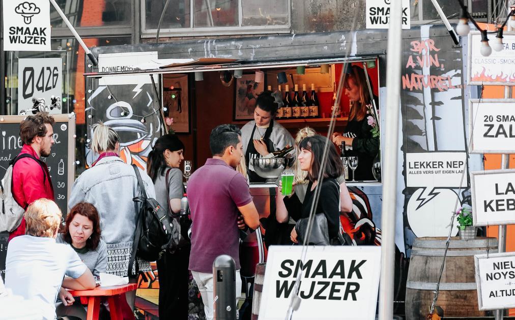 Matstånd med människor där man kan köpa labbodlat kött i en framtida stad år 2045. Bild: Sjev van Gaalen.