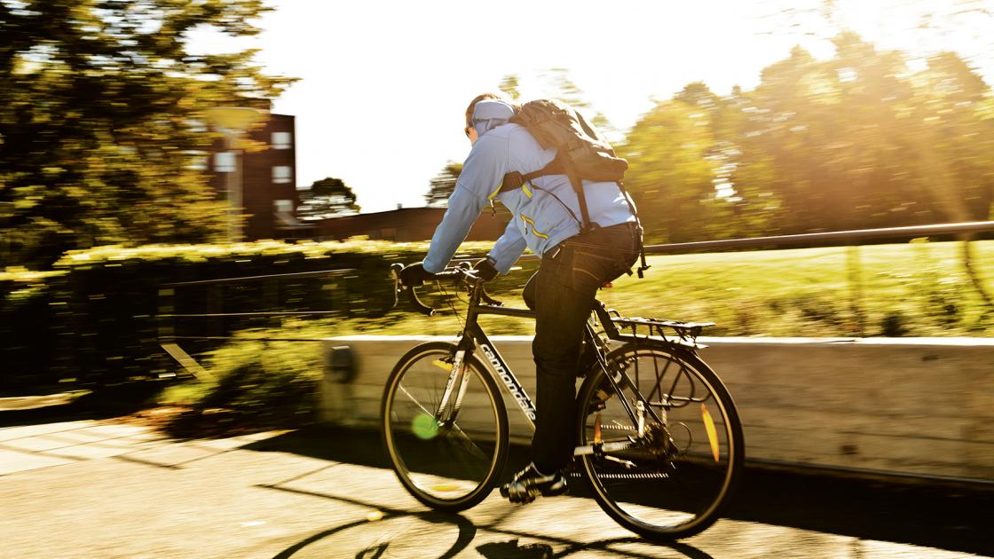 Någon cyklar en solig vårdag. Foto: Kennet Ruona
