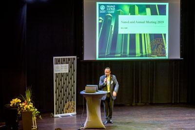 Viktor Öwall på scen öppnar NanoLunds Årsmöte 2019
