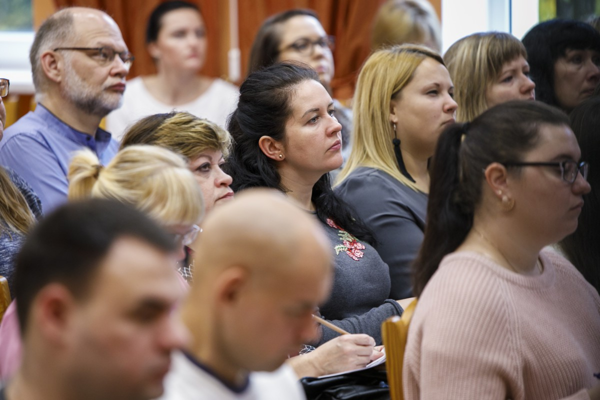 Publik lyssnar till föreläsning