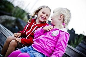 Två små flickor skrattar