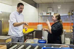 Man och kvinna som står i ett kök och tecknar
