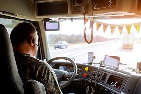 Man som sitter och kör lastbil