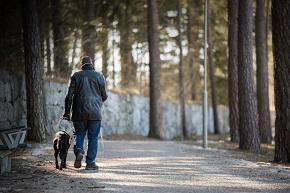 Man med synnedsättning ute och går med sin hund