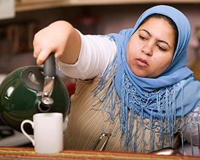 Kvinna häller upp te