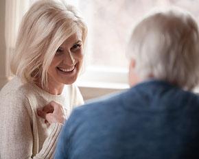 Äldre kvinna med leende