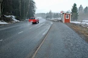 Bil som kör på väg i glesbygd