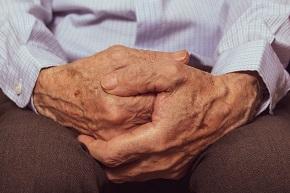 Närbild på en äldre persons händer