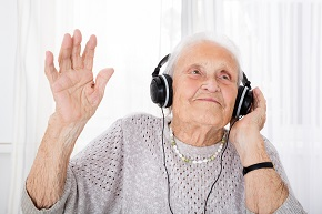808 17749633 senior woman enjoying music with headphone nyhetsbrev