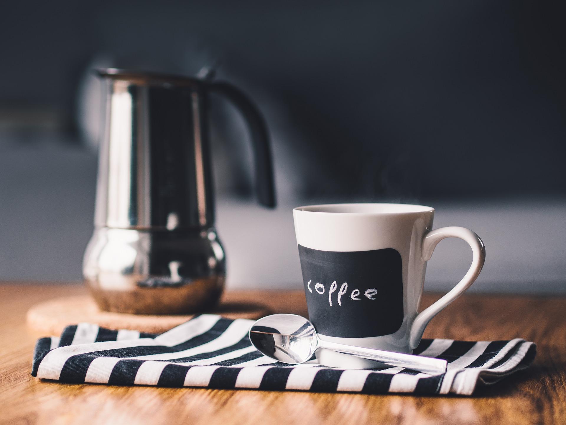 Bild på en kaffekopp och en kaffekanna