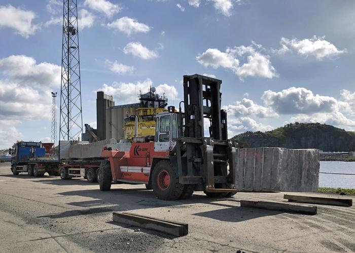 Mottagning av granitblock från lastbil