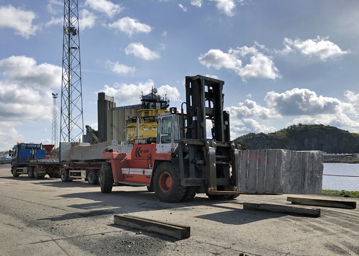 Reception of blocks of granite from truck