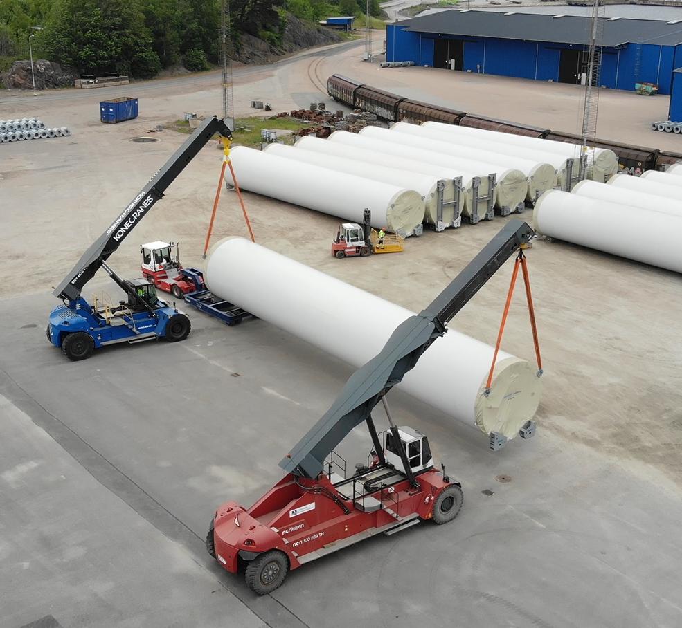 Reachstackers, 85 och 100 ton, lyfter torndel till vindkraftverk