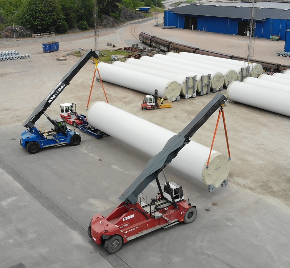 Reachstackers, 85 and 100 ton, lifting wind turbine tower section